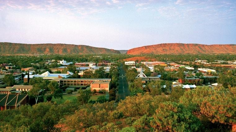 """أليس سبرينغز"""" التي تلقب بمركز أستراليا الأحمر وتعتبر واحدًة من الأسباب الرئيسية لزيارة أستراليا"""
